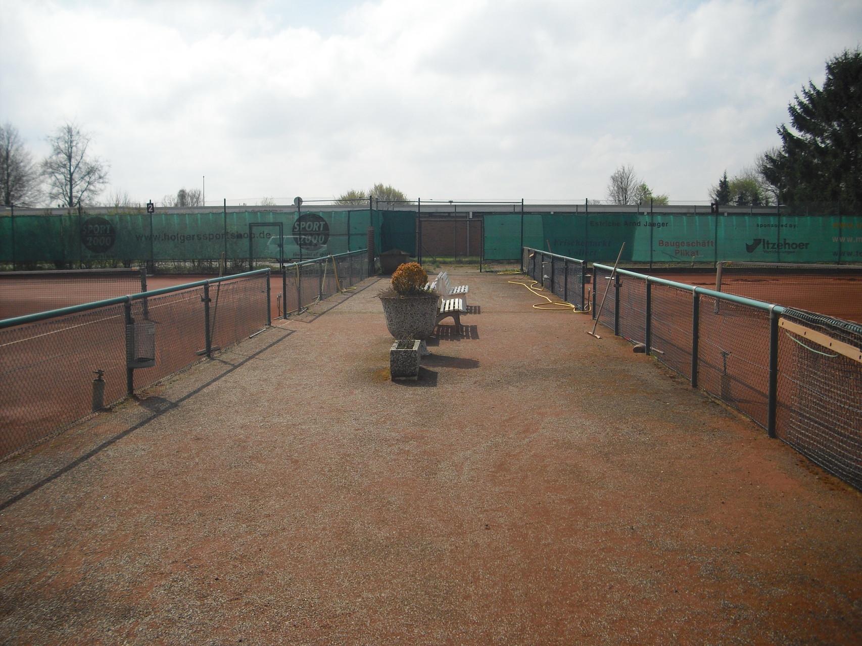 Zwischen den Tennisplätzen