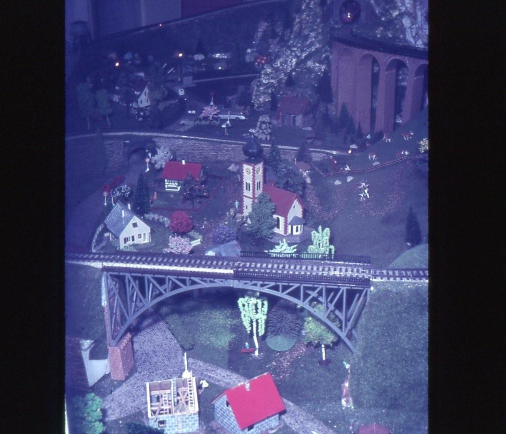 Grasmatten, Styropor und zu kleine Gebäude, typisch 60er/70er