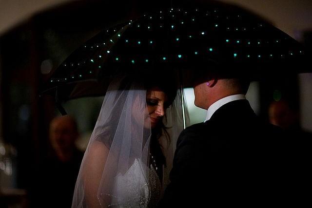 Tanz unterm leuchtenden Regenschirm.