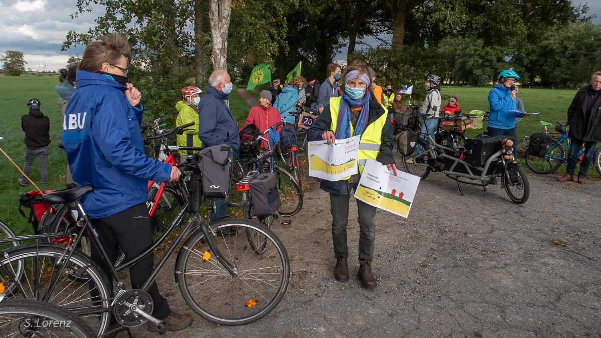 Erläuterungen von Silke Lorenz am Dorfrand von Delfshausen zur Grundwassersituation