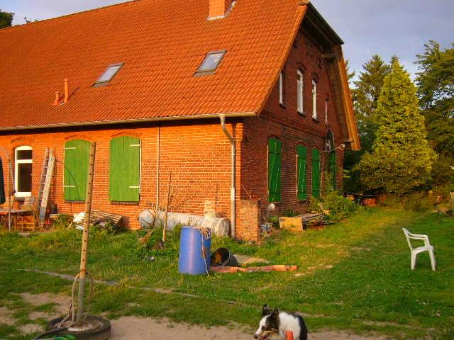 Wohnhaus mit neu gestrichenen Fensterläden