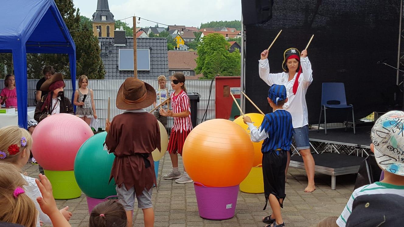 Mit Akrobatik, Tanz, Gesang, Flöte, Piano, Gedicht, Piraten-Trommeln & Theateraufführung überraschte uns Catrin mit Ihren Schülern in Ihrer Talentshow.