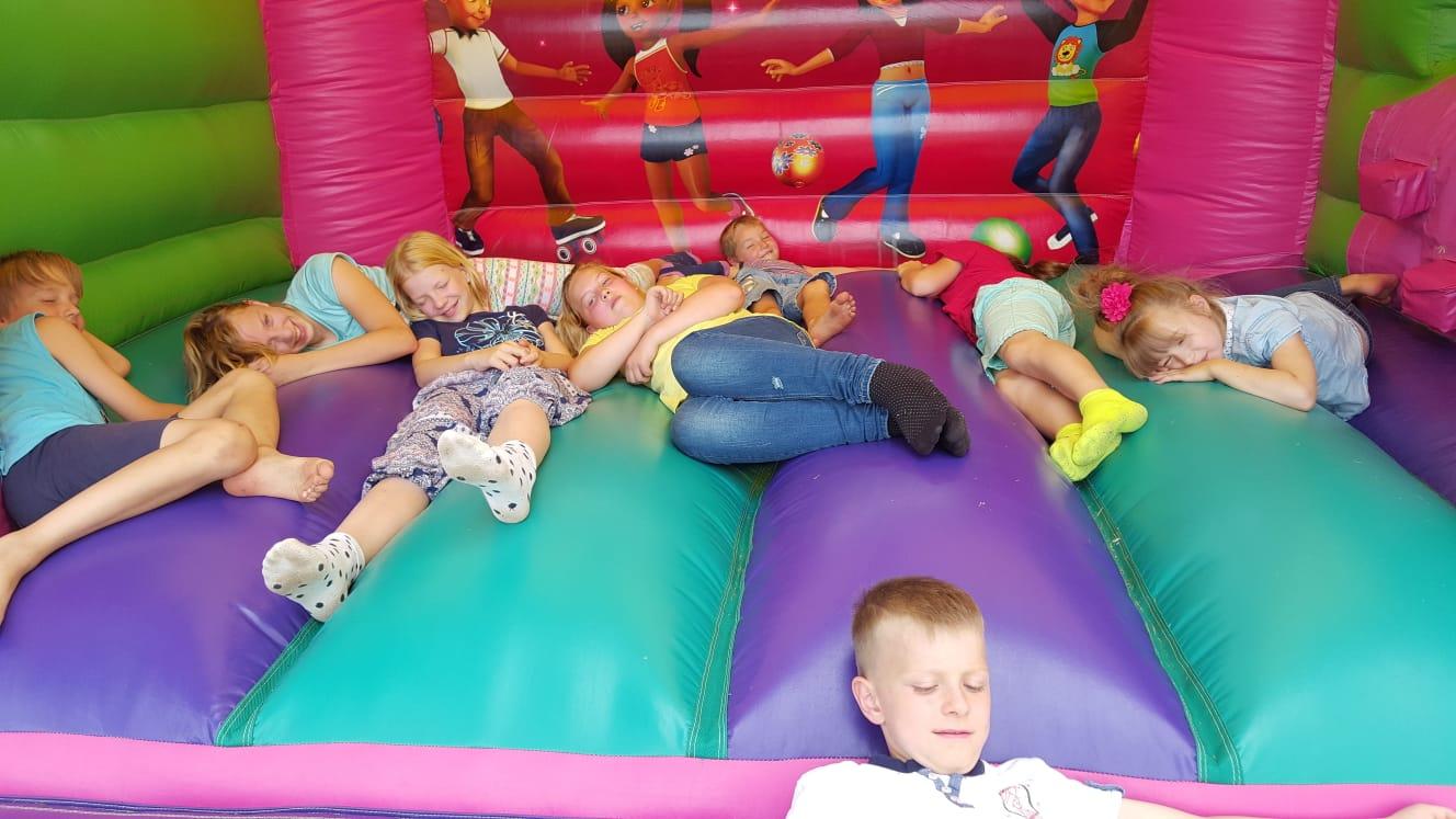 Da haben die Kids etwas falsch verstanden, hier war hüpfen und nicht schlafen angesagt...
