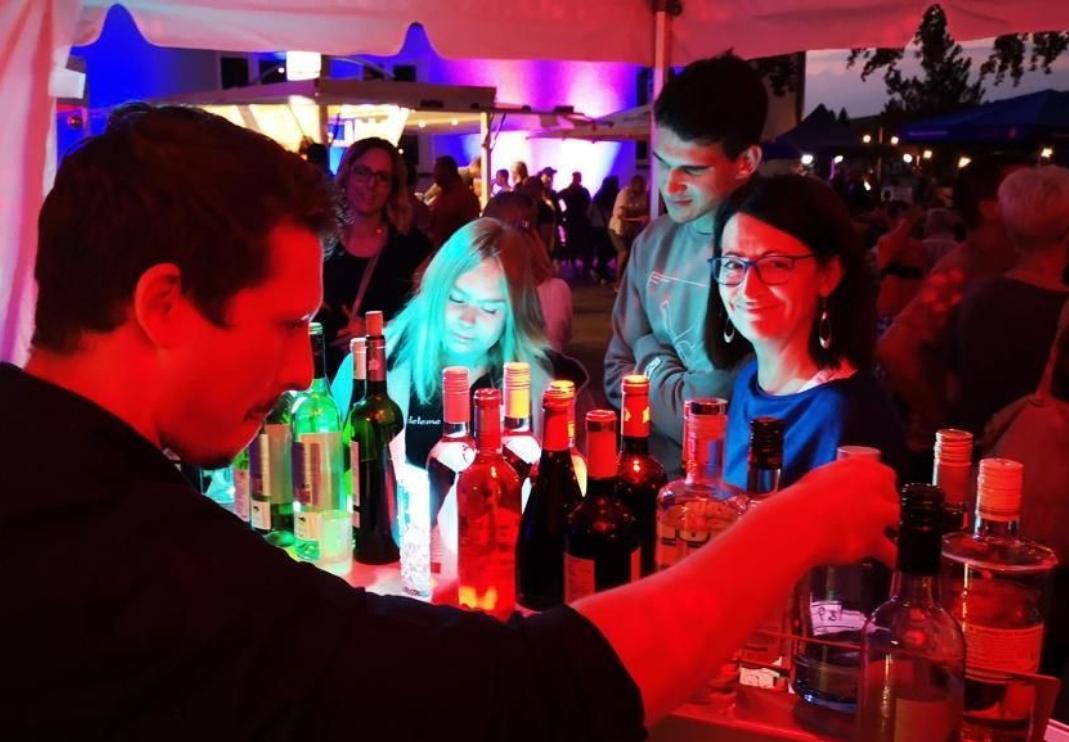 """Moritz und Maik von """"Maison de Vins – Haus der Weine"""" verwöhnten uns mit ca. 500 Gläsern Wein und hunderten Cocktails über die drei Festtage."""