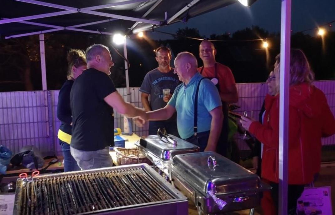 Um ausreichend und vor allem tolles Grillgut bemühten sich Uwe, Achim und Detlev. Mit Ihren vielen Helfern wurden am gesamten Wochenende 380 Steaks und 600 Würste gegrillt.