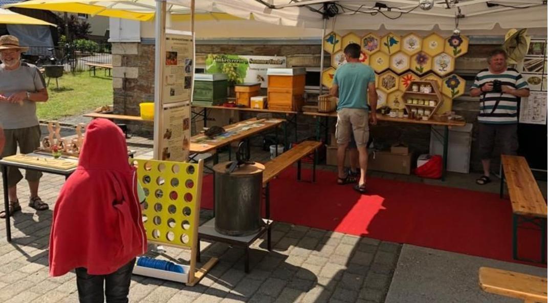 Man konnte bei unseren Imkern Johannes, Matthias und Marcus alles rund um die Biene erfahren und selber beim erstellen von Waben anpacken