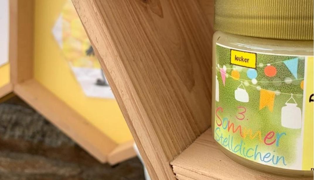 Währenddessen bereiteten sich auf dem Schulhof die Bastel- und Infostände vor. Johannes Trommler, einer unserer Hilbersdorfer Imker, überraschte uns mit einer Sommerstelldichein Honig Edition.