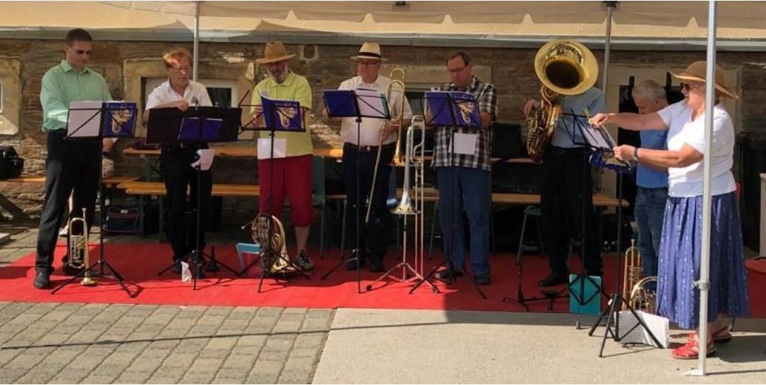Der Sonntag begann wie im letzten Jahr mit einem Gottesdienst. Für die musikalische Umrahmung sorgten die Mitglieder des Bläserkeises unter der Leitung von Rudi.