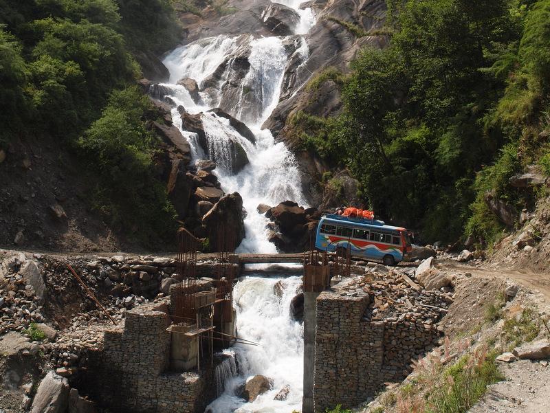 Mit dem Bus im Kali Gandaki Tal; Foto: © Klaus Hessenauer