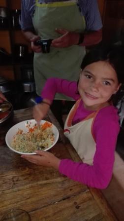 Miriam misch die Füllung für die Momos im Kochkurs