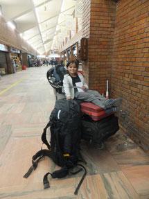 Miriam am Flughafen Katmandu