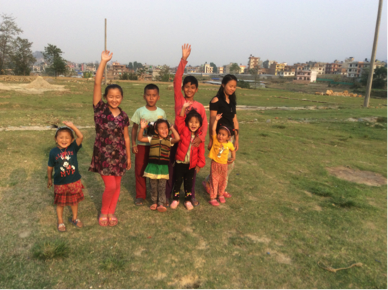 Arpana  aus Arughat, 5 Jahre alt (2. von rechts)