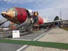 Die gestrandete türkische Maschine wurde in der Nähe des internationalen Flugplat-zes in Kathmandu in ein Aviatik Museum umfunktioniert.