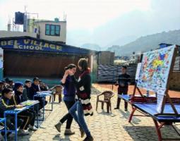 Von der Privatschule der Kinder werden Martina und Cris eingeladen, um allen Kindern in der Schule die Grundlagen der Hygiene in 2 Stunden zu unterrichten.