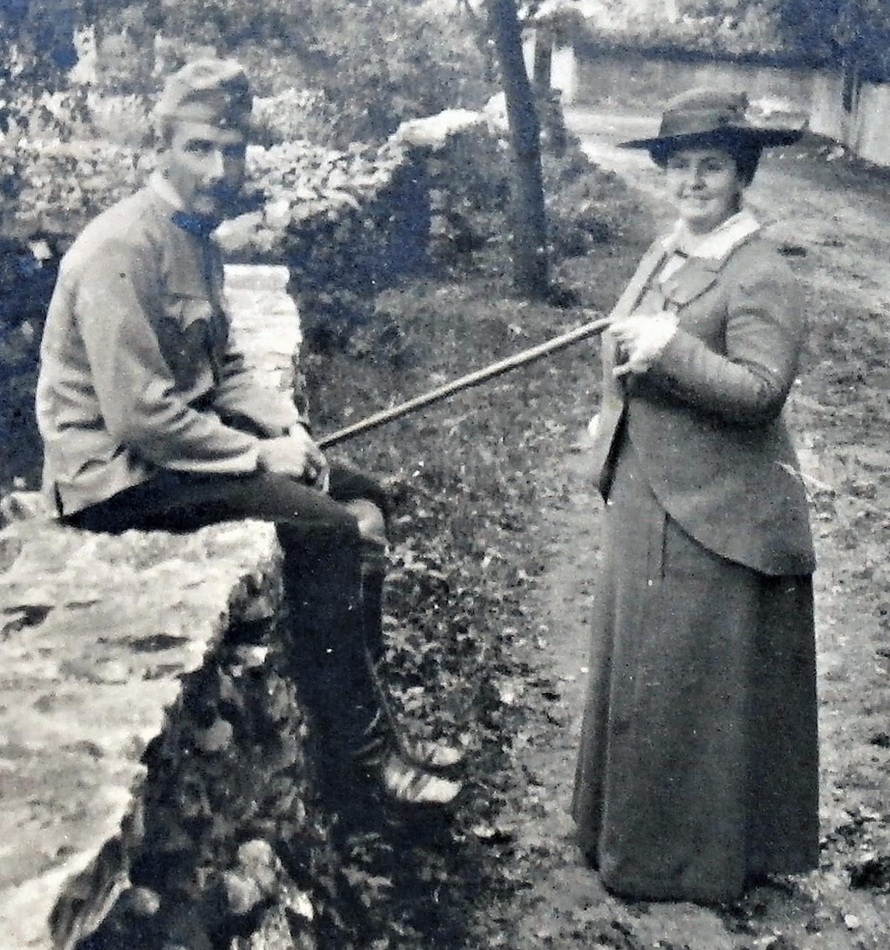 Mit Frau auf der Ortsstrasse von Banne, nördlich Triest, September 1915.