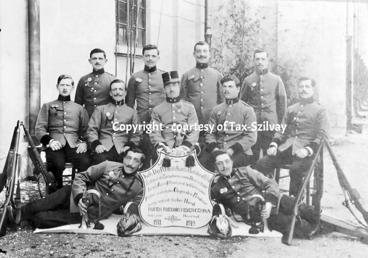 1911-1914 Abrüster-Foto von Dragonern 1. Eskadron, mit Zugskommandant Lt Franz Tax, Mitte hinter Schild. Ob sie wirklich abrüsteten?