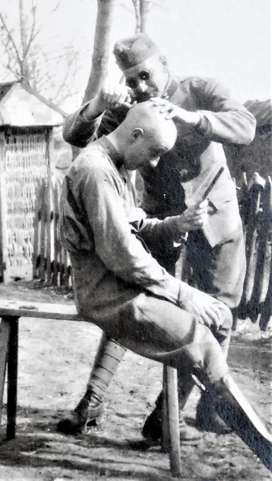 Sulkowski schert Erich die Haare.