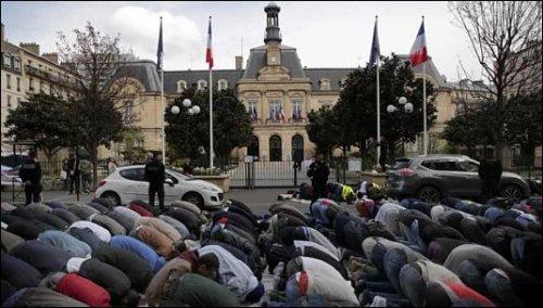 Musulmanes en París, rezando en dirección a la Meca.