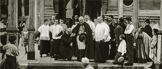 El Cardenal José Sarto, Patriarca de Venecia, sale de la Iglesia de Santa María de la Salud en aquella misma ciudad, después de celebrar la misa solemne por el eterno reposo del alma de su predecesor, León XIII.