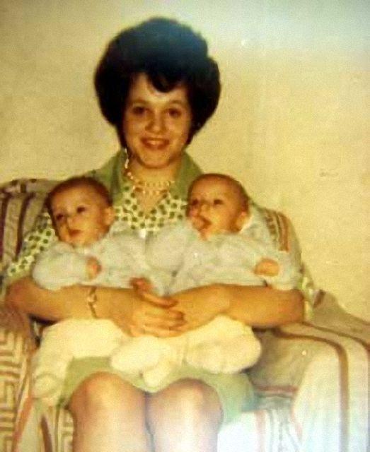 Janet junto a sus gemelos, Bruce y Brian Reimer.