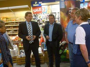 Im Gespräch mit Mitarbeitern im EDEKA-Markt Tiedemann