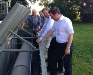 Enak Ferlemann und MdL Kai Seefried informieren sich über das Pilot-Projekt