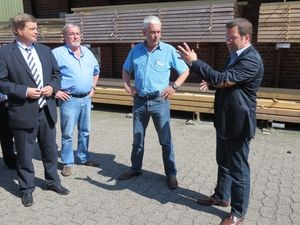 Enak Ferlemann(links i. Bild)) und Kai Seefried MdL (rechts i. Bild) im Gespräch beim Team Baucenter in Oldendorf