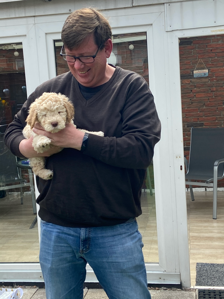 Fabio wird der Nachfolger von Elmo - ein Schulhund. Tobias freut sich schon auf den kleinen Racker