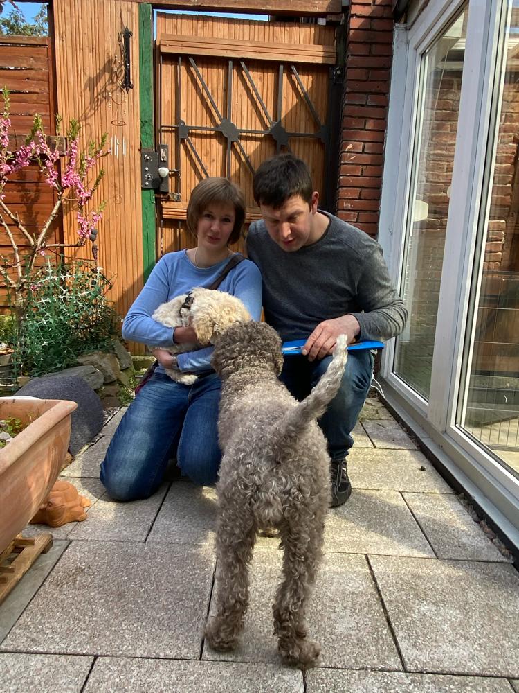 Mia übergibt Faustino an Nina und Michael. Aber er zieht ja nur ums Eck nach Wesel......bis bald mal Faustino- mein kleiner süßer dickere Teddybär.....