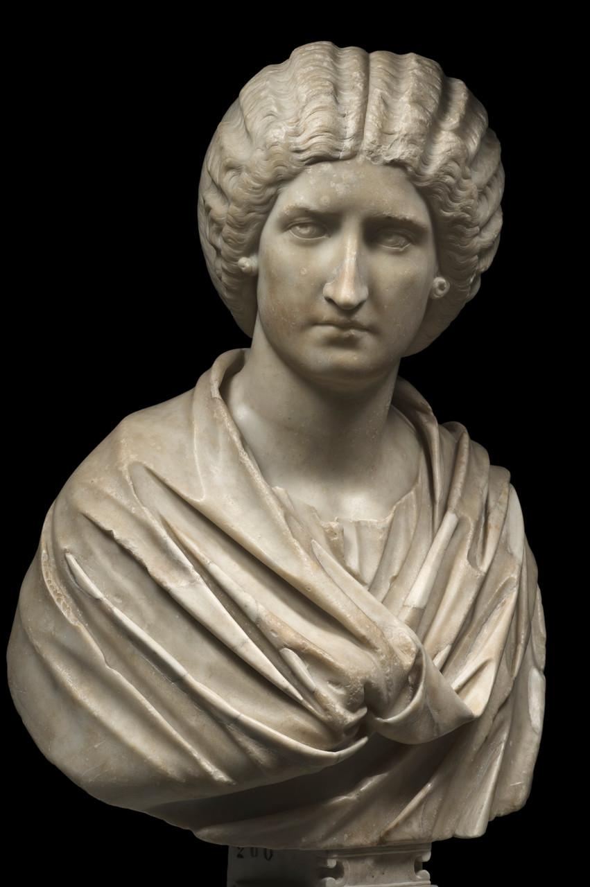 Busto femminile, fine del II secolo d.C. Marmo lunense, altezza 80 cm Musei Capitolini, Palazzo Nuovo Roma, Italia © Foto di Zeno Colantoni