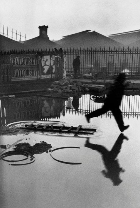 Non servono parole...(Dietro la stazione Saint-Lazare, Parigi, 1932. © Henri Cartier-Bresson/Magnum Photos-Courtesy Fondation HCB)