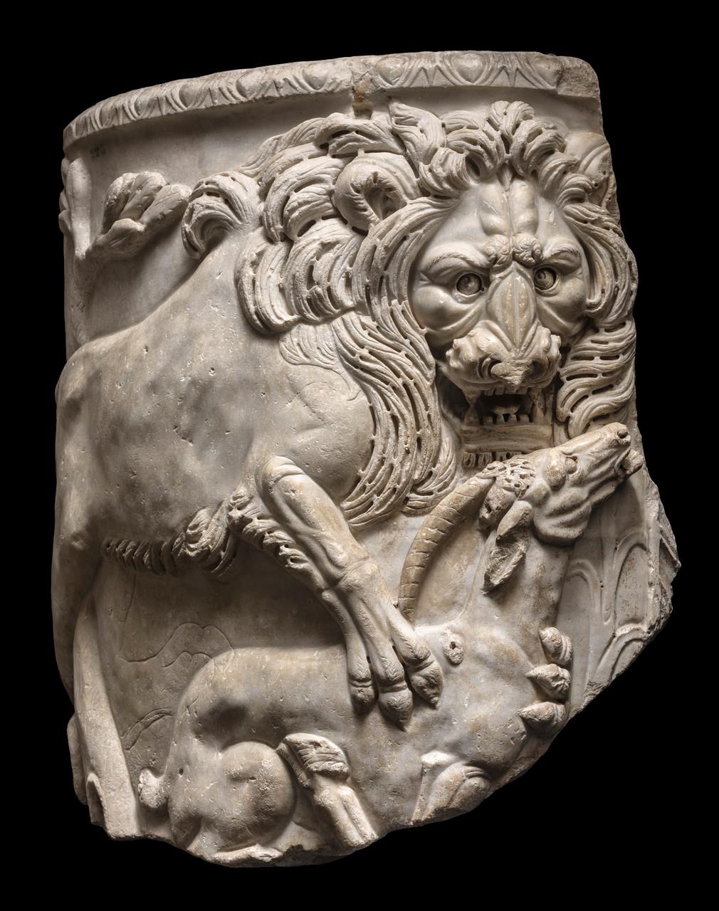 Sarcofago a lenos con leone e antilope, 270-280 d.C. Marmo bianco lunense, 101x96x10 cm Musei Capitolini, Palazzo Nuovo  Roma, Italia © Foto di Zeno Colantoni