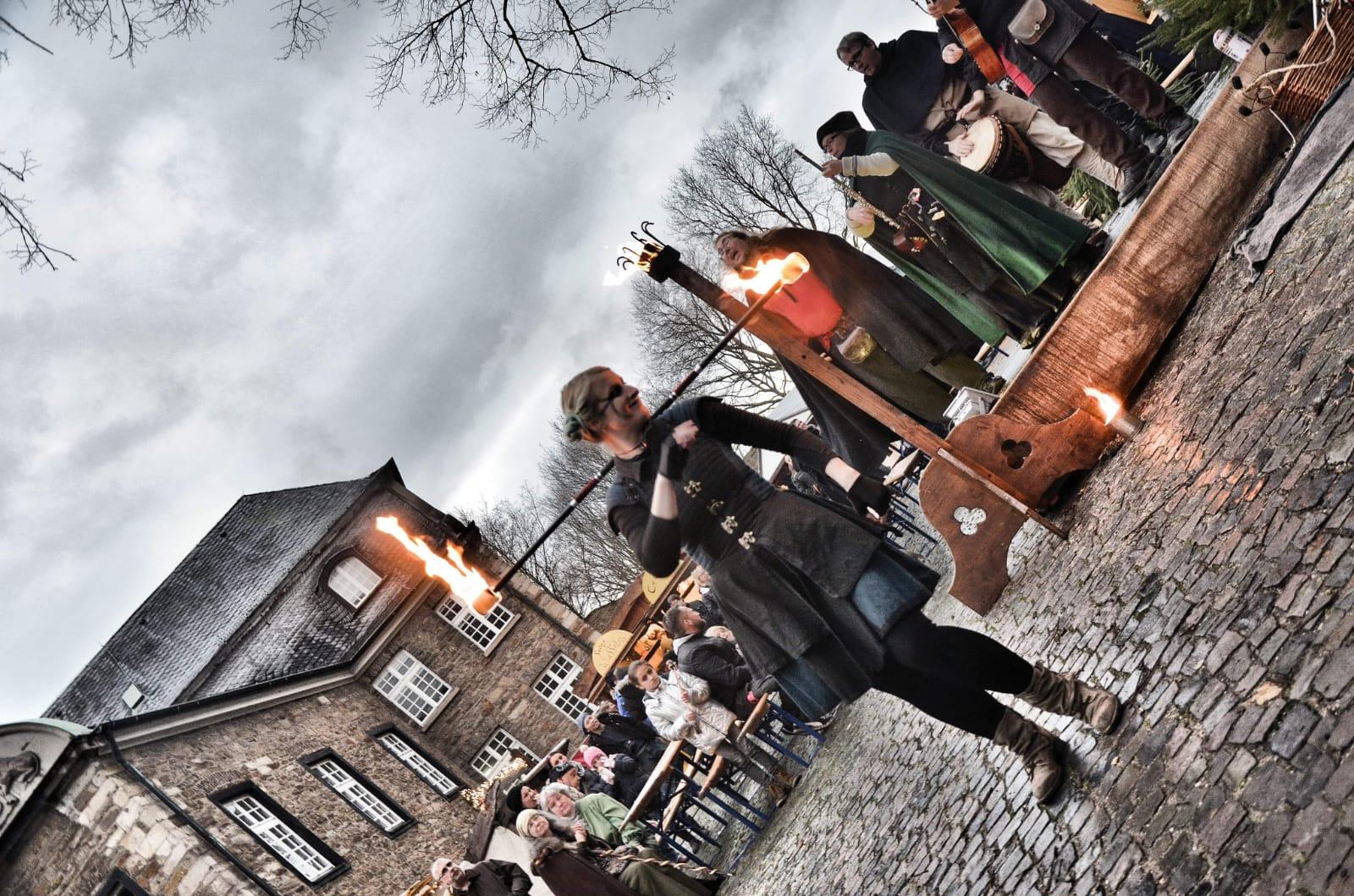 Stabspiel auf dem mittelalterlichen Weihnachtsmarkt Schloß Broich