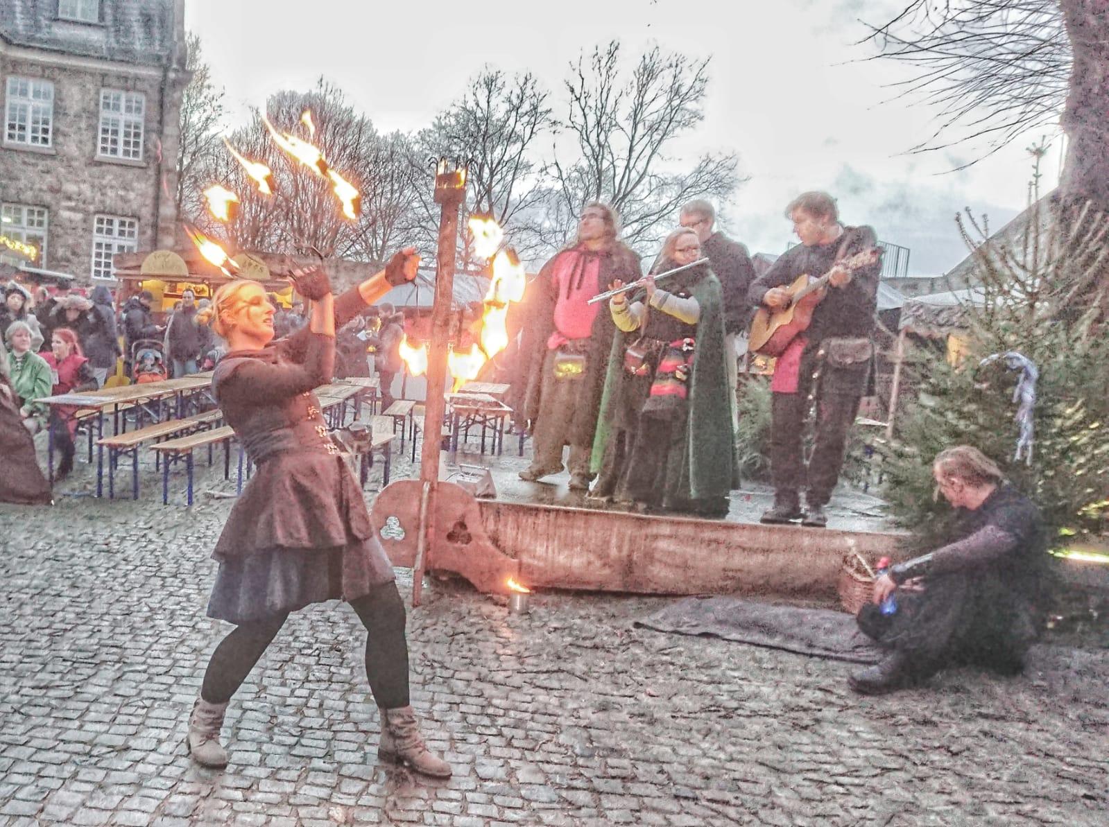 Fächertanz beim mittelalterlichen Weihachtsmarkt Schloß Broich