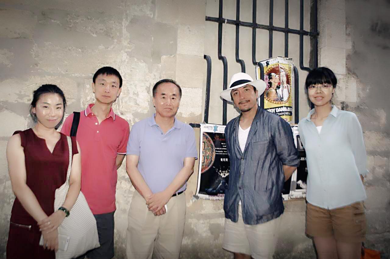 中国驻法国大使馆参赞观剧结束后与香巴拉编导万玛尖措,巴黎藝文李昱翰留影