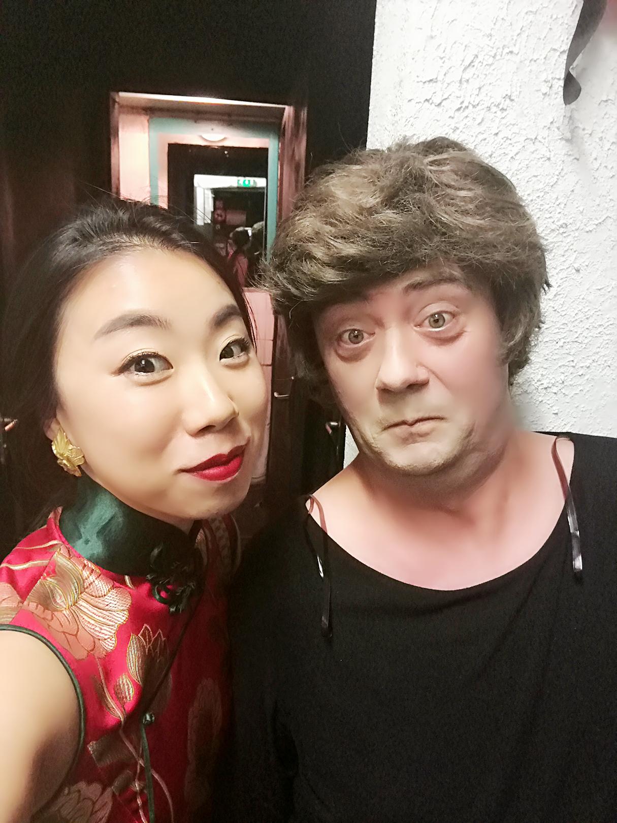 带妆来看剧的其它剧目演员与李昱翰女士
