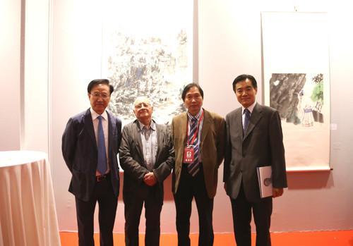 殷福主任、朱新礼董事长、MENORET主席、多美女士、张晓贝总裁等嘉宾为展览开幕式剪彩
