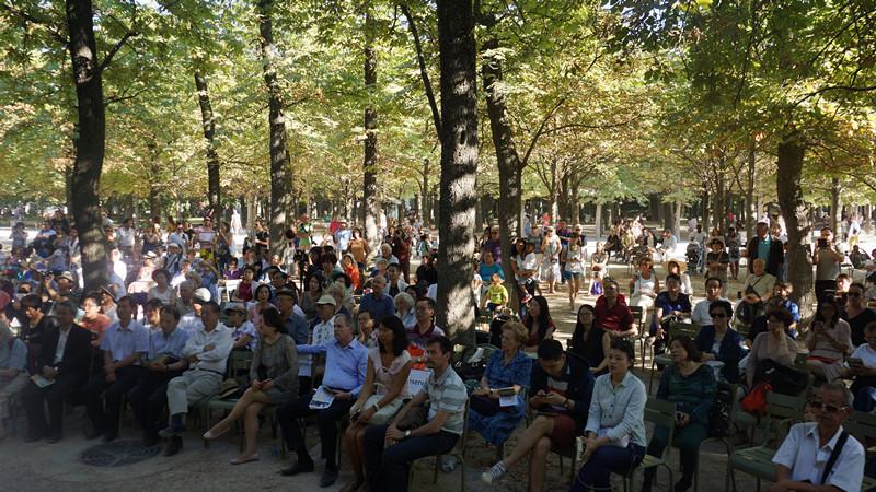 卢森堡公园中观众驻足欣赏音乐会