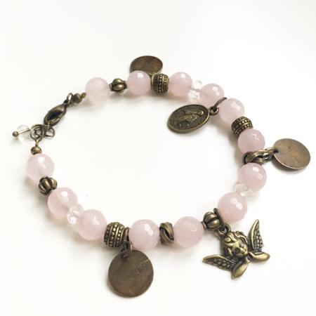 Galinou création propose des bijoux fantaisie et bracelets de pierres fines  pour les chrétiens d'Orient.