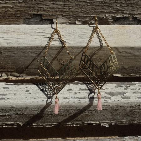Galinou création a selectionné pour Mademoiselle des boucles d'oreilles or, en pierre et verre de Murano tendance.