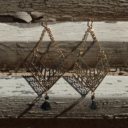 Les boucles d'oreilles Mademoiselle de Galinou sont fantaisie en verre de Murano et pierres et or.