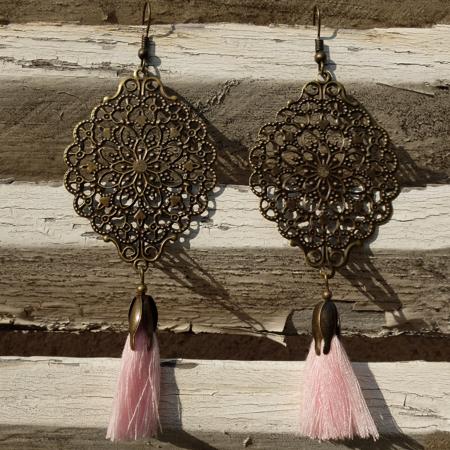 Les boucles d'oreilles fantaisie et mode se trouvent chez Galinou Création.