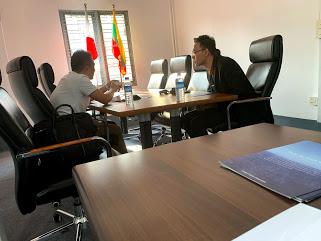 ミャンマー人求職者と日本企業の方との面接。当社ヤンゴン事務所にて