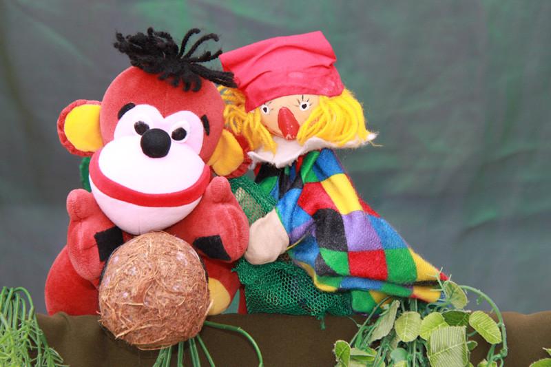 Kasperl und das Äffchen wollen Fußballspielen mit der Kokosnuss