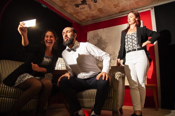 Aram (Igor Mamlenkov) präsentiert sich in Svenjas (Jeanne Zaugg) «Vlog» von seiner schlechtesten Seite. Don (Jana Skolovski) rechts im Bild : Foto: Rebecca Holzer