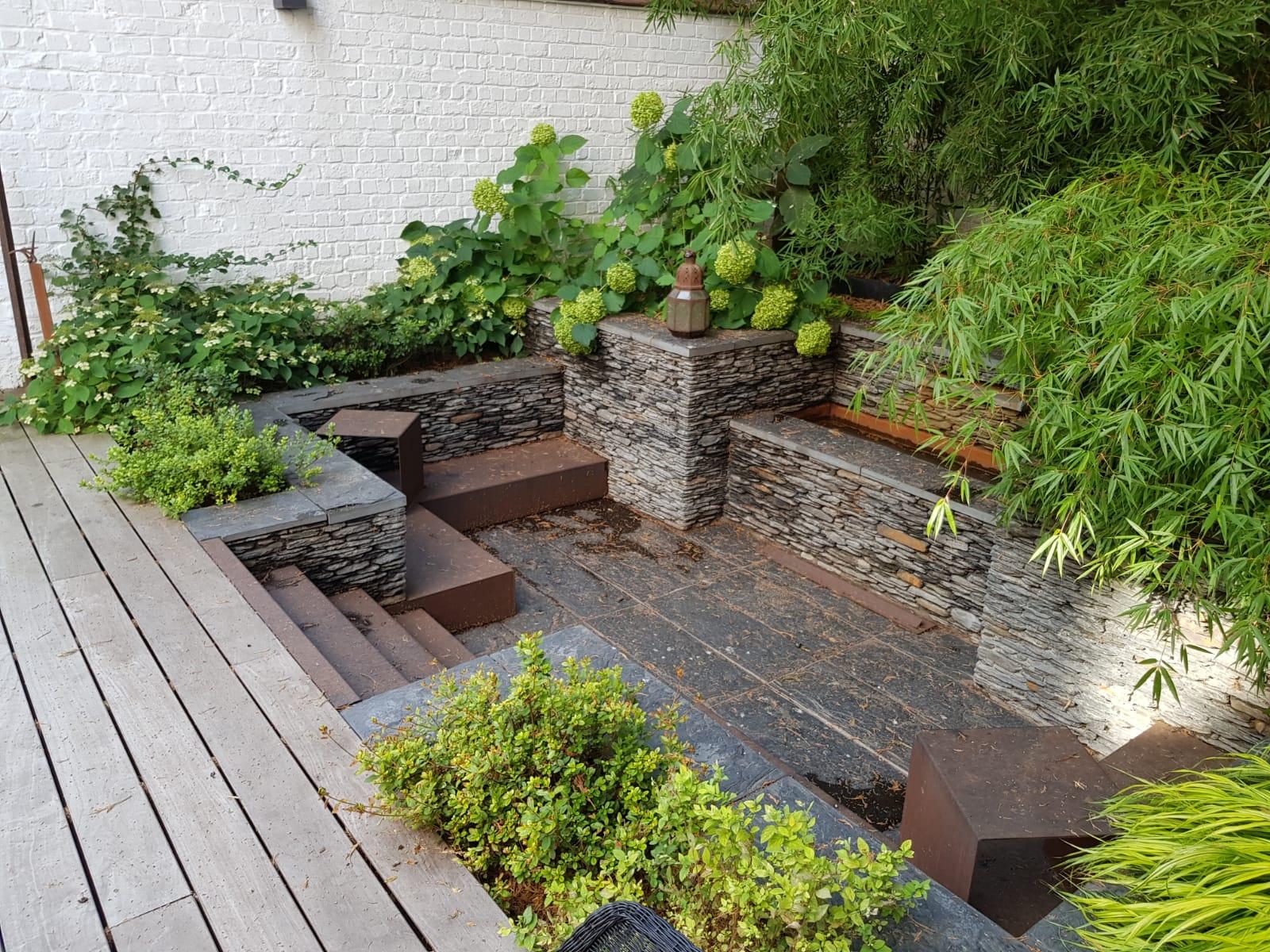 Cour sur 4 niveaux - Niveau du bas - Fontaine en pierres sèches de schiste - Amenagement jardin Bruxelles