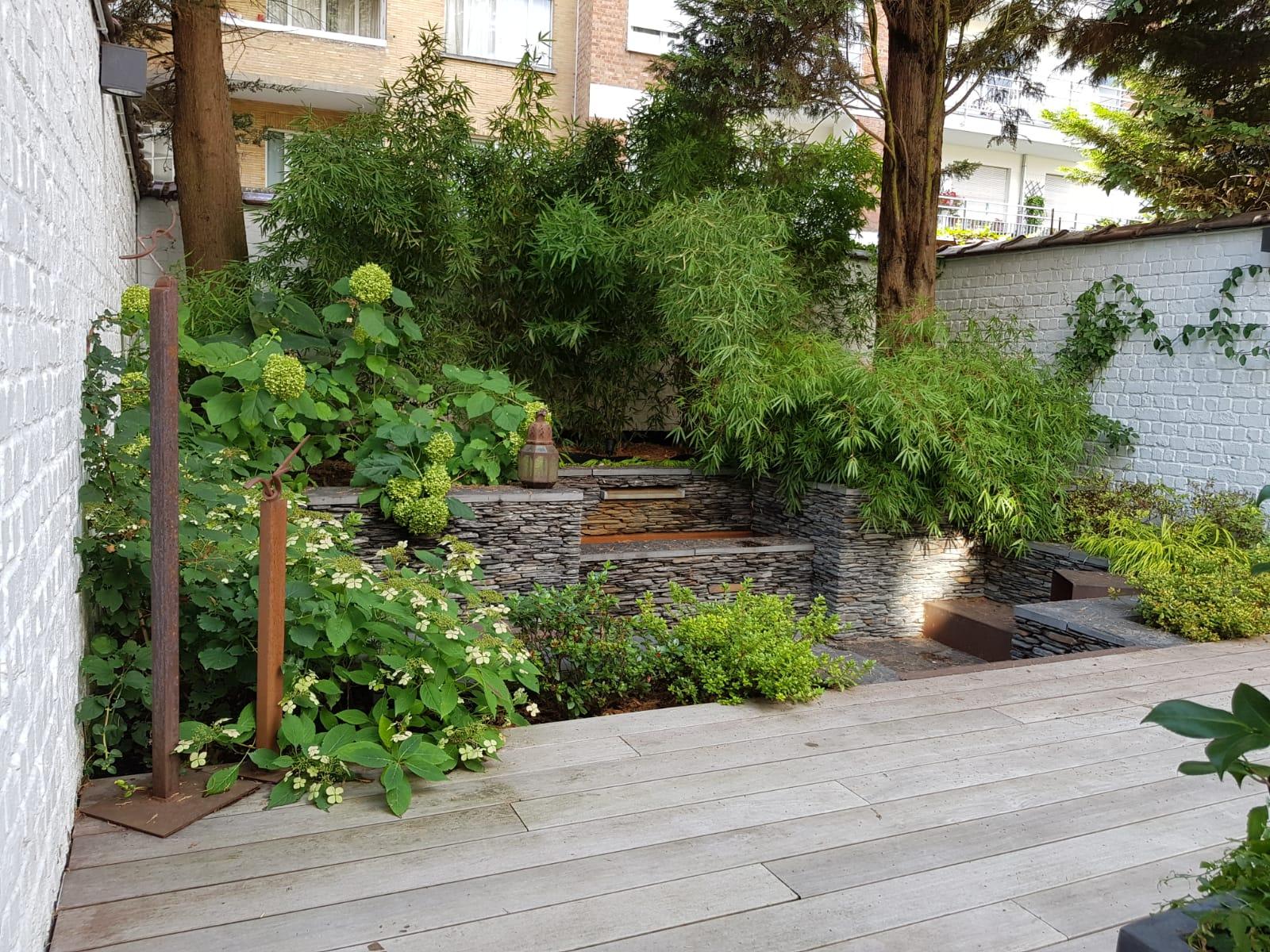 Cour sur 4 niveaux - Niveau intermédiaire / +1an  - Fontaine en pierres sèches de schiste - Amenagement jardin Bruxelles