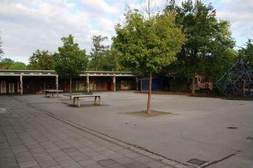 Tischtennisplatten auf dem kleinen Schulhof