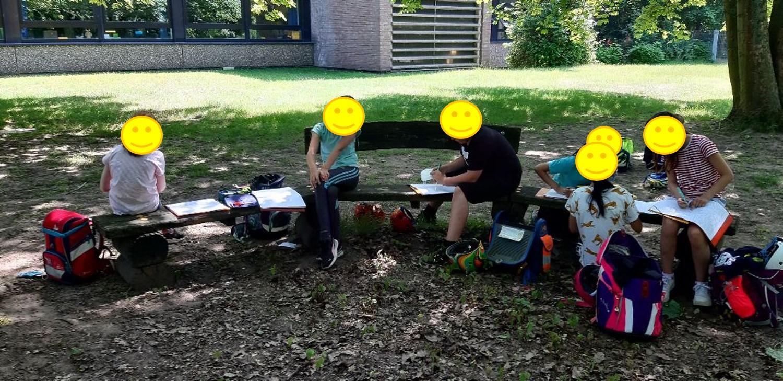 ... die Klassenräume im Schulgarten...