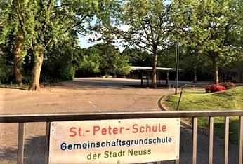Haupteingang zum großen Schulhof